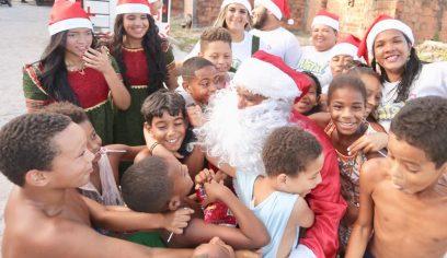 Crianças do Burissatuba festejam entrega de presentes do Natal Solidário