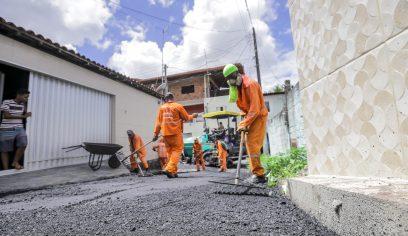 Três ruas do Bairro Acajutiba estão sendo recapeadas