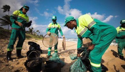 Prefeitura realiza força tarefa para retirada de óleo nas praias de Camaçari