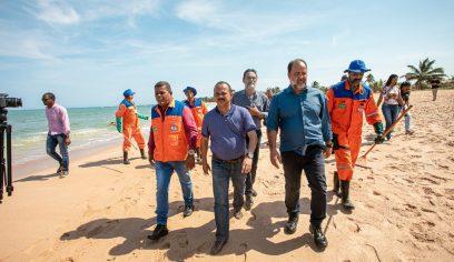 Prefeito acompanha limpeza de praias e garante continuidade dos serviços