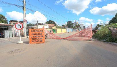 Tráfego da Avenida Rio Camaçari é alterado em decorrência da obra no canal