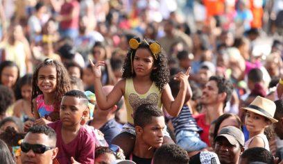 Sorteios e atrações musicais fazem a folia da criançada no palco principal
