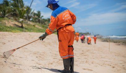Prefeitura retira três toneladas de óleo em Arembepe