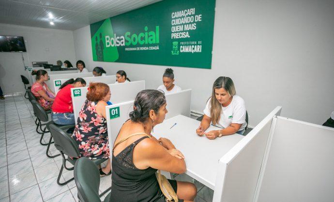 Beneficiários recebem cartões do Programa Bolsa Social