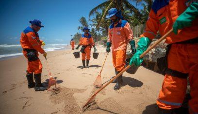 Defesa Civil retira mais manchas de óleo em praias de Camaçari