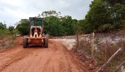 Seinfra realiza melhoramento em estrada vicinal