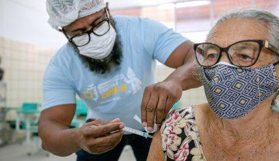 Vacinação contra Covid avançará para idosos de 80 anos acima