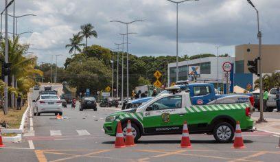 Trecho da Avenida Jorge Amado está interditado após acidente