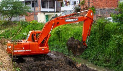 Prefeitura realiza serviço de limpeza de canais
