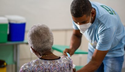 Vacinação contra a Covid-19 avança pra idosos de 80 anos acima neste sábado (6/3)