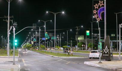 Iluminação de natal é instalada em Camaçari