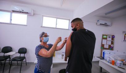 Pontos de vacinação da sede e costa recebem jovens e adultos para se imunizarem contra a Covid