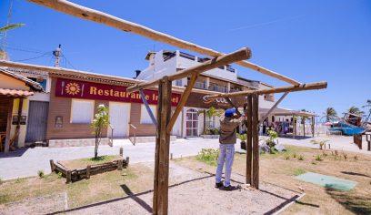 Praças de Arembepe recebem serviços de manutenção
